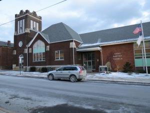 Una iglesia tipica en los EE.UU. ubicada en una ciudad cualquiera.